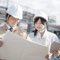 工事現場で図面を見る作業員 11017019967| 写真素材・ストックフォト・画像・イラスト素材|アマナイメージズ