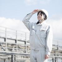 工事現場で空を見上げる作業員