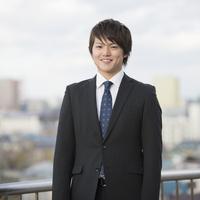微笑むビジネスマン 11017020032| 写真素材・ストックフォト・画像・イラスト素材|アマナイメージズ