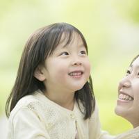 新緑の中で微笑む女の子 11017020059| 写真素材・ストックフォト・画像・イラスト素材|アマナイメージズ