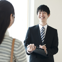 部屋の内見をする女性とビジネスマン 11017020091| 写真素材・ストックフォト・画像・イラスト素材|アマナイメージズ