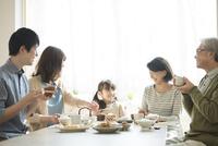 朝食を食べる3世代家族 11017020213| 写真素材・ストックフォト・画像・イラスト素材|アマナイメージズ