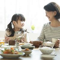 朝食を食べる女の子と祖母 11017020218| 写真素材・ストックフォト・画像・イラスト素材|アマナイメージズ