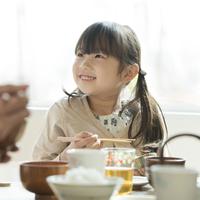 朝食を食べる女の子 11017020221| 写真素材・ストックフォト・画像・イラスト素材|アマナイメージズ