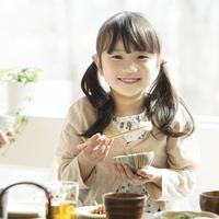 朝食を食べる女の子 11017020229| 写真素材・ストックフォト・画像・イラスト素材|アマナイメージズ