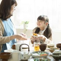 朝食を食べる親子 11017020233| 写真素材・ストックフォト・画像・イラスト素材|アマナイメージズ