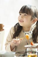 朝食を食べる女の子 11017020237| 写真素材・ストックフォト・画像・イラスト素材|アマナイメージズ