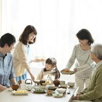朝食を食べる3世代家族 11017020240| 写真素材・ストックフォト・画像・イラスト素材|アマナイメージズ