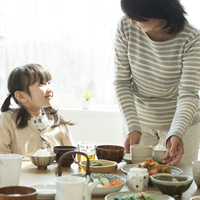 朝食を食べる女の子と祖母 11017020242| 写真素材・ストックフォト・画像・イラスト素材|アマナイメージズ