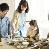 朝食を食べる家族 11017020244| 写真素材・ストックフォト・画像・イラスト素材|アマナイメージズ