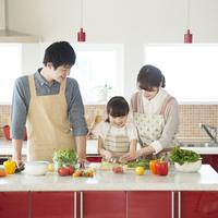 キッチンで料理をする親子 11017020289| 写真素材・ストックフォト・画像・イラスト素材|アマナイメージズ