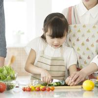 キッチンで野菜を切る女の子 11017020293| 写真素材・ストックフォト・画像・イラスト素材|アマナイメージズ