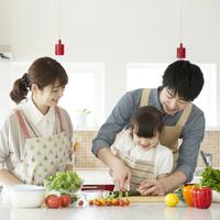 キッチンで料理をする親子 11017020294| 写真素材・ストックフォト・画像・イラスト素材|アマナイメージズ