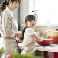 キッチンで料理をする親子 11017020303| 写真素材・ストックフォト・画像・イラスト素材|アマナイメージズ