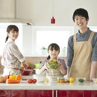 キッチンで料理をする親子 11017020305| 写真素材・ストックフォト・画像・イラスト素材|アマナイメージズ
