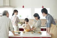 キッチンで料理をする3世代家族 11017020313| 写真素材・ストックフォト・画像・イラスト素材|アマナイメージズ