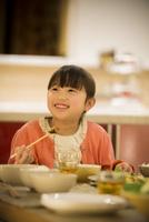 夕食を食べる女の子 11017020347| 写真素材・ストックフォト・画像・イラスト素材|アマナイメージズ
