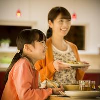 夕食を食べる親子 11017020357| 写真素材・ストックフォト・画像・イラスト素材|アマナイメージズ