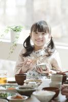 朝食を食べる女の子 11017020358| 写真素材・ストックフォト・画像・イラスト素材|アマナイメージズ
