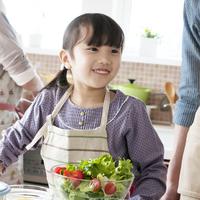 キッチンで微笑む女の子 11017020364| 写真素材・ストックフォト・画像・イラスト素材|アマナイメージズ
