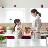 キッチンでサラダを作る親子 11017020366| 写真素材・ストックフォト・画像・イラスト素材|アマナイメージズ