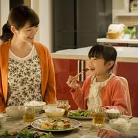 夕食を食べる親子 11017020368| 写真素材・ストックフォト・画像・イラスト素材|アマナイメージズ