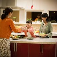 キッチンで夕食の準備をする3世代家族 11017020371| 写真素材・ストックフォト・画像・イラスト素材|アマナイメージズ