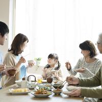 朝食を食べる3世代家族 11017020377| 写真素材・ストックフォト・画像・イラスト素材|アマナイメージズ