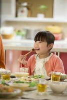 夕食を食べる女の子 11017020380| 写真素材・ストックフォト・画像・イラスト素材|アマナイメージズ