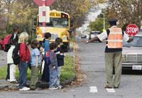 Crossing Guard Keeping Kids Safe 11018000028  写真素材・ストックフォト・画像・イラスト素材 アマナイメージズ