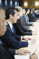 Row of businesspeople in board room 11018004142| 写真素材・ストックフォト・画像・イラスト素材|アマナイメージズ