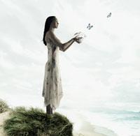Woman releasing butterflies 11018004406| 写真素材・ストックフォト・画像・イラスト素材|アマナイメージズ