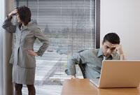 Frustrated Peoplein office space 11018007420  写真素材・ストックフォト・画像・イラスト素材 アマナイメージズ