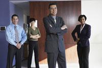 Group of people smiling in office 11018011020  写真素材・ストックフォト・画像・イラスト素材 アマナイメージズ
