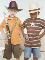 Two young boys dressed as cowboys 11018014241| 写真素材・ストックフォト・画像・イラスト素材|アマナイメージズ