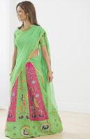 Indian woman wearing traditional dress 11018015888| 写真素材・ストックフォト・画像・イラスト素材|アマナイメージズ