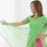 Indian woman wearing traditional dress 11018015889| 写真素材・ストックフォト・画像・イラスト素材|アマナイメージズ