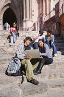 college students studying outdoors 11018017516| 写真素材・ストックフォト・画像・イラスト素材|アマナイメージズ
