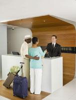 Senior African couple at hotel counter 11018019141  写真素材・ストックフォト・画像・イラスト素材 アマナイメージズ