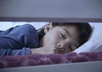 Asian girl sleeping in bed 11018020487| 写真素材・ストックフォト・画像・イラスト素材|アマナイメージズ
