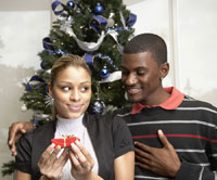 African man giving gift to girlfriend 11018022578  写真素材・ストックフォト・画像・イラスト素材 アマナイメージズ