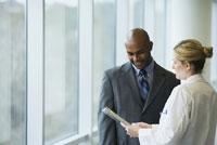 Female doctor discussing chart 11018022720| 写真素材・ストックフォト・画像・イラスト素材|アマナイメージズ