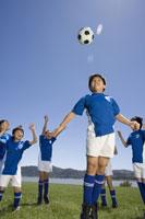 children playing soccer 11018026400  写真素材・ストックフォト・画像・イラスト素材 アマナイメージズ