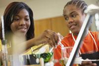 teenagers in science class 11018027339| 写真素材・ストックフォト・画像・イラスト素材|アマナイメージズ