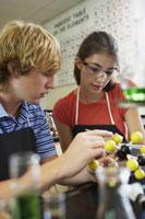 Male & female teenagers in science class 11018027348| 写真素材・ストックフォト・画像・イラスト素材|アマナイメージズ