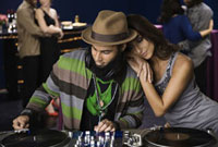Middle Eastern woman leaning on dj's shoulder 11018029478| 写真素材・ストックフォト・画像・イラスト素材|アマナイメージズ