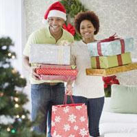 African couple holding stacks of Christmas presents 11018030927  写真素材・ストックフォト・画像・イラスト素材 アマナイメージズ
