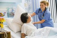 Female nurse adjusting pillow for senior woman 11018031391| 写真素材・ストックフォト・画像・イラスト素材|アマナイメージズ