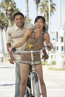 Young couple standing with tandem bicycle 11018031723| 写真素材・ストックフォト・画像・イラスト素材|アマナイメージズ