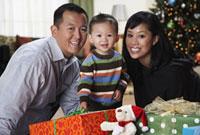 Asian family with Christmas gifts 11018032521  写真素材・ストックフォト・画像・イラスト素材 アマナイメージズ